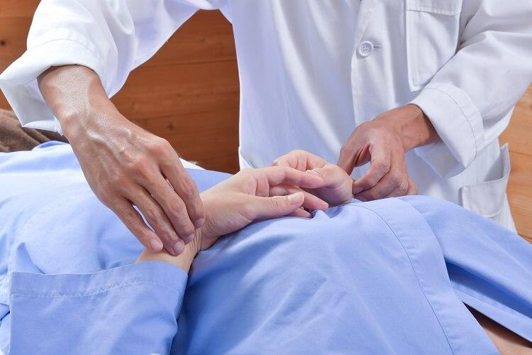 脈をみる鍼灸師